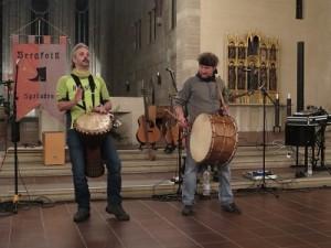 IMG 0241-klein-2-Trommel-300x225 in Konzert der Mittelalter-Band Bergfolk erbringt 855 Euro Spenden für Namenstafeln