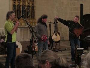 IMG 0241-klein-alle-3-mit-Fl Te-300x225 in Konzert der Mittelalter-Band Bergfolk erbringt 855 Euro Spenden für Namenstafeln