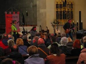 IMG 0241-klein-alle-3-mit-Publikum-300x225 in Konzert der Mittelalter-Band Bergfolk erbringt 855 Euro Spenden für Namenstafeln