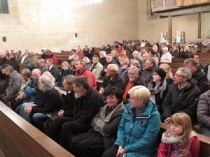 IMG 0242-Publikum-300x225 in Konzert der Mittelalter-Band Bergfolk erbringt 855 Euro Spenden für Namenstafeln
