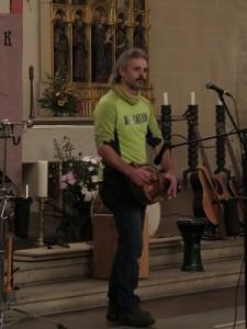 IMG 0243-Drehleier-225x300 in Konzert der Mittelalter-Band Bergfolk erbringt 855 Euro Spenden für Namenstafeln