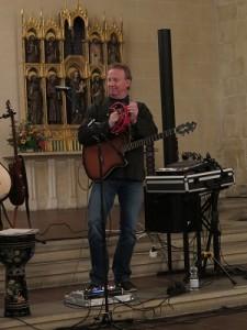 IMG 0253-einzel-Tamburin-225x300 in Konzert der Mittelalter-Band Bergfolk erbringt 855 Euro Spenden für Namenstafeln