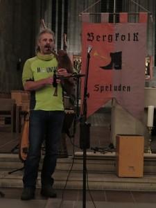 IMG 0255-einzeln-Dudelsack-225x300 in Konzert der Mittelalter-Band Bergfolk erbringt 855 Euro Spenden für Namenstafeln