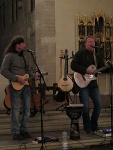 IMG 0262-kleine-Gitarren-225x300 in Konzert der Mittelalter-Band Bergfolk erbringt 855 Euro Spenden für Namenstafeln