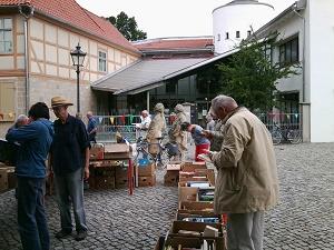 2-klein in 700,05 Euro nach erfolgreichem Bücherbasar im Spendentopf für weitere Namenstafeln