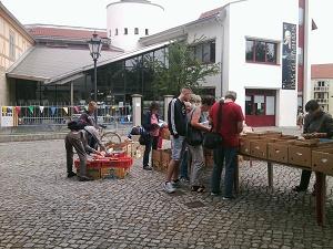 4-klein in 700,05 Euro nach erfolgreichem Bücherbasar im Spendentopf für weitere Namenstafeln
